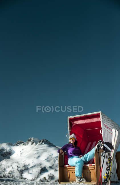 Österreich, Altenmarkt-Zauchensee, Skifahrer sitzen in Kapuzen Strandkorb in den Bergen — Stockfoto