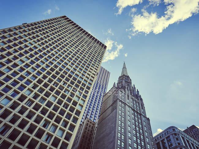 Edificios antiguos y nuevos de gran altura desde abajo, Chicago, Illinois, EE.UU. - foto de stock
