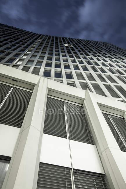 Alemania, Berlín, Moabit, Europacity, fachadas, azul hora - foto de stock