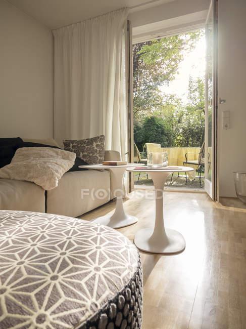 Сучасні вітальня з видом на через двері відкриті тераси — стокове фото