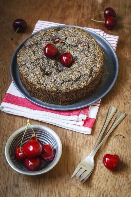 Semi di papavero torta di ciliegie, di Farro farina integrale — Foto stock