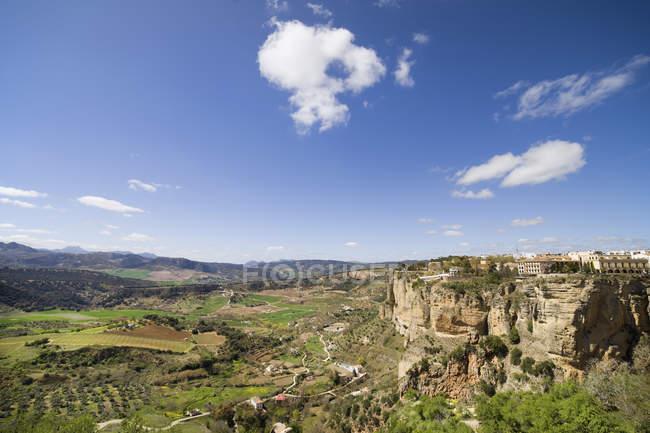España, Andalucía, Ronda, paisaje bajo las nubes en el cielo - foto de stock