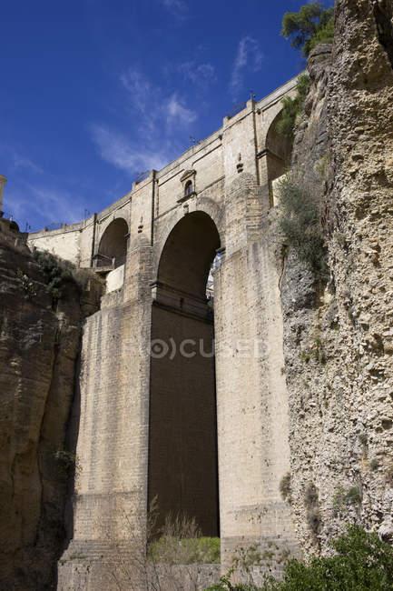 España, Andalucía, Ronda, Puente Nueve en las rocas del Tajo - foto de stock