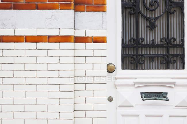 Porte d'entrée d'une vieille maison avec façade en mosaïque — Photo de stock