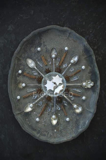 Cucchiai con cannella e stelle di anice e bastoncini su vassoio antico — Foto stock