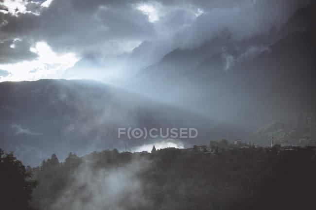Italia, Lombardía. Alpes brumosas luz de la mañana - foto de stock