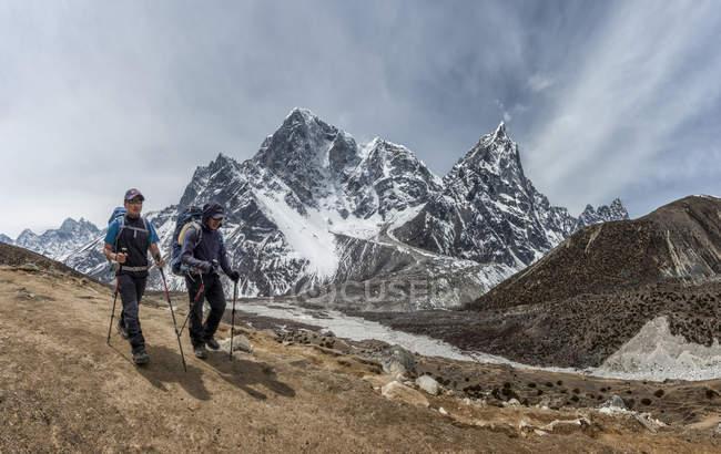Nepal, Himalaya, Solo Khumbu, two men trekking — Stock Photo
