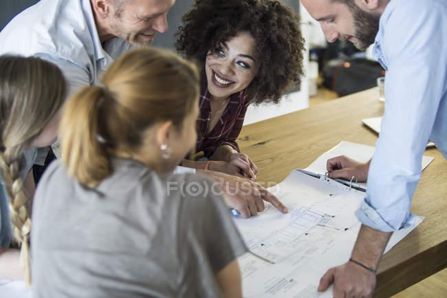 Kolleginnen und Kollegen im Büro mit einem informellen Treffen — Stockfoto