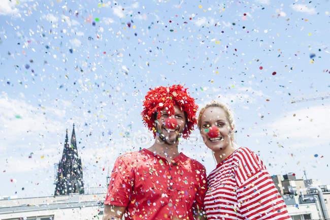 Германия, Кёльн, молодая пара, празднующая карнавал в костюмах клоунов — стоковое фото