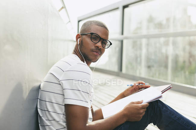 Man sitting with notebook and pen — Stock Photo