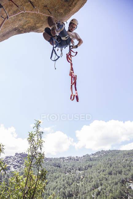 Escalada escalada rocha usando técnicas de escalada ajuda — Fotografia de Stock