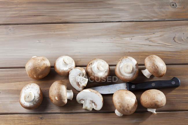 Coupés en deux et toute Crimini champignons — Photo de stock