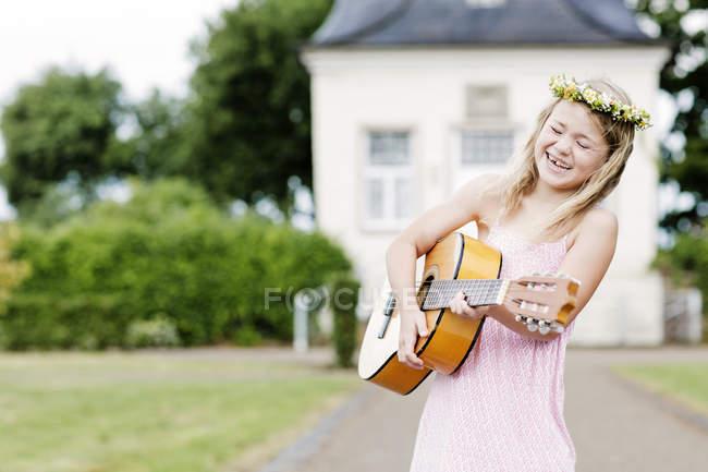 Дівчинка тримає гітару — стокове фото
