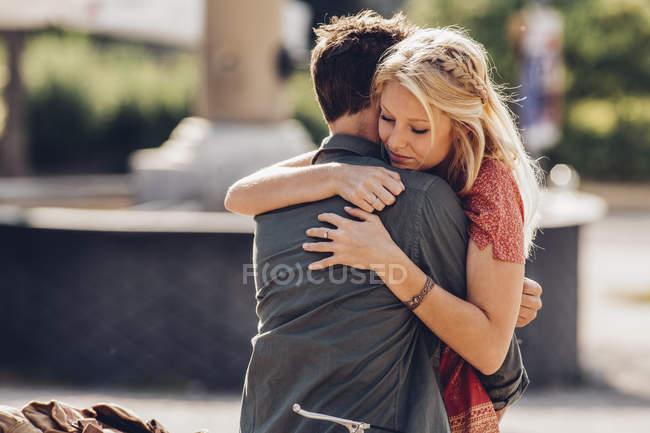 Junges Paar umarmt — Stockfoto