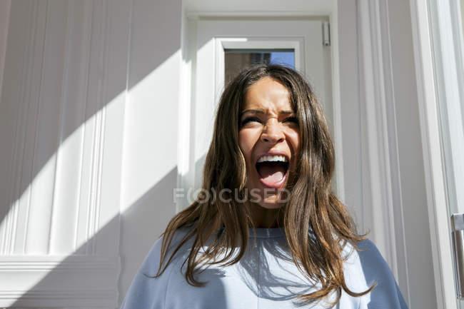 Bruna giovane donna urlando — Foto stock