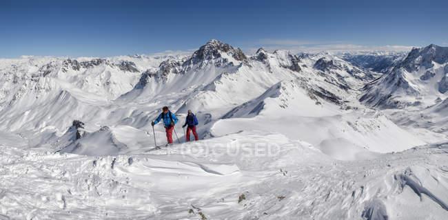 Франция, Изер, Ле-Дё-Альпы, Пик-дю-Гали, горнолыжный спорт в заснеженных горах — стоковое фото