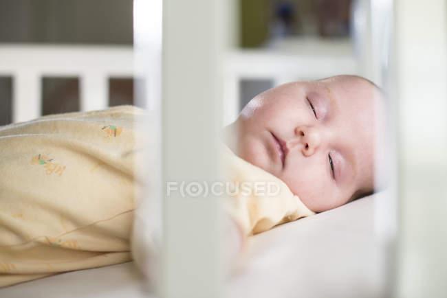 Retrato de menina em um berço de dormir — Fotografia de Stock