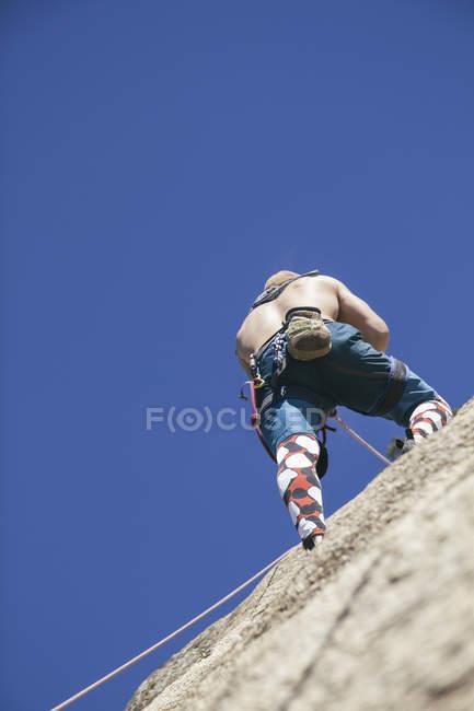 Человек, восхождение без руки, вид сзади — стоковое фото