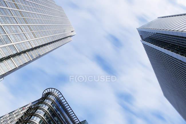 Vista inferiore di grattacieli al giorno, Londra, Regno Unito — Foto stock