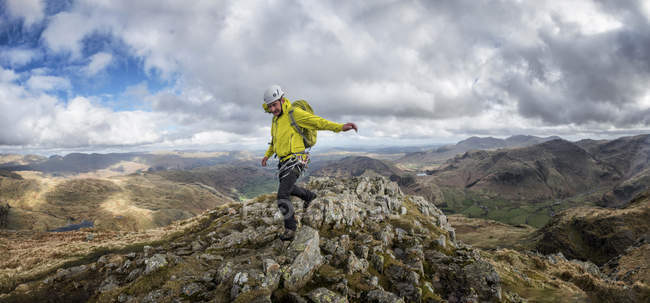 England, Cumbria, Lake District, Langdale, Harrison Stickle, climber walking on the rock — Stock Photo