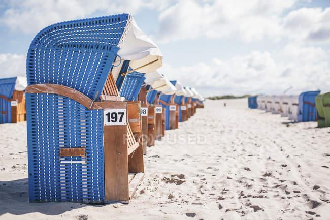 З капюшоном пляжні шезлонги на пляжі, Warnemuende, Німеччина — стокове фото