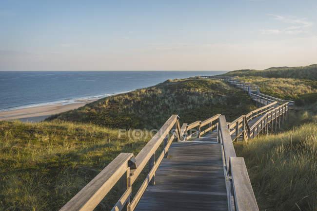 Calçadão de praia em colinas — Fotografia de Stock