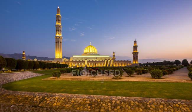 Grande Mesquita Sultan Qaboos à noite, Muscat, Omã — Fotografia de Stock
