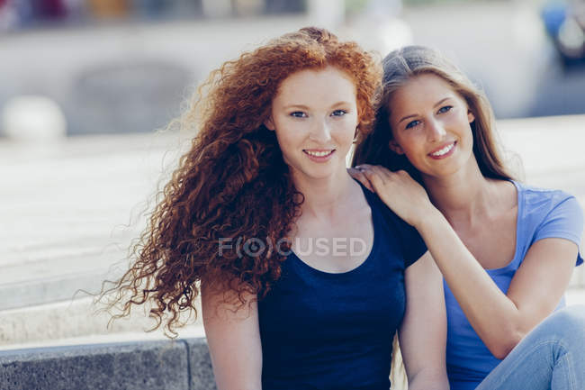 Портрет двух девочек-подростков, смотрящих в камеру — стоковое фото