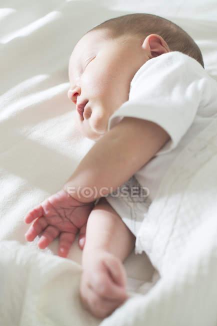 Портрет спать девочку в кроватке — стоковое фото