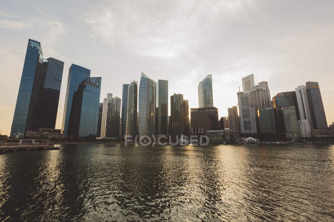 Marina Bay району увечері, фінансових, Сінгапур — стокове фото