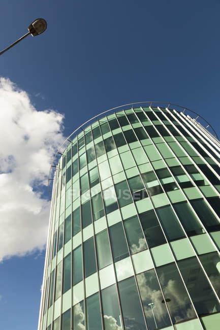Vue du bas d'un immeuble de bureaux moderne à Tallinn, Estonie — Photo de stock