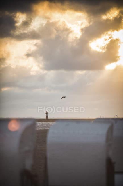 Allemagne, Mecklembourg-Poméranie occidentale, Warnemuende, chaises longues sur la plage au coucher du soleil — Photo de stock