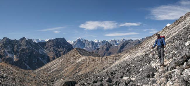 Nepal, himalaya, solo khumbu, bergsteiger wandern am ama dablam — Stockfoto