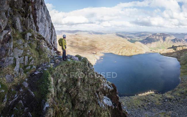 Англия, Камбрия, Озерный, Langdale, Pavey ковчег и Stickle Тарн, Джек рейк, альпинист, стоя на скале — стоковое фото
