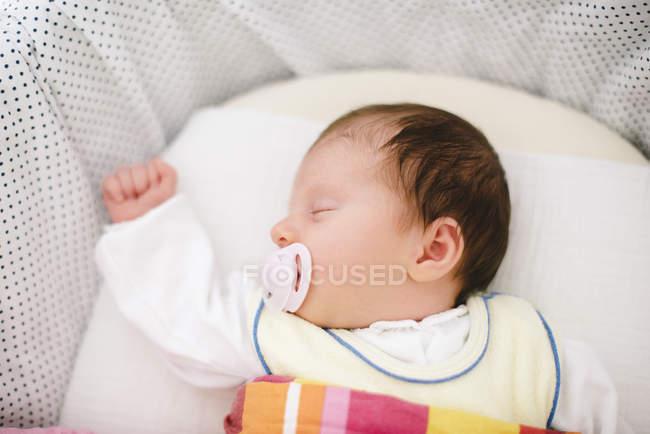 Спящая девушка новорожденного с соска — стоковое фото