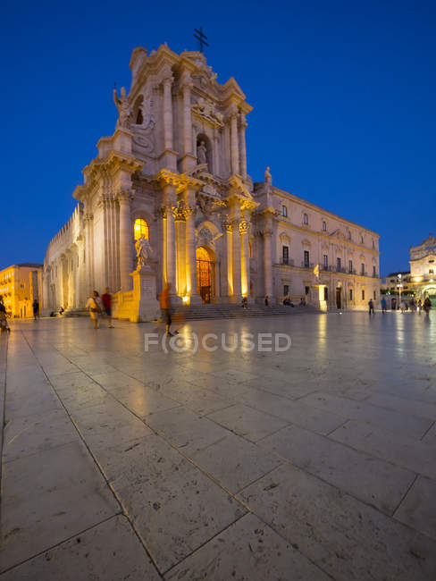 Italy, Sicily, Siracusa, Ortygia, Cathedral Santa Maria delle Colonne at blue hour — Stock Photo