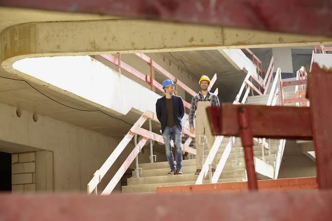 Строитель и архитектор на строительной площадке — стоковое фото