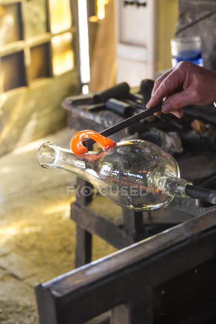 Человек, производящий стеклянную базу на стекольном заводе — стоковое фото