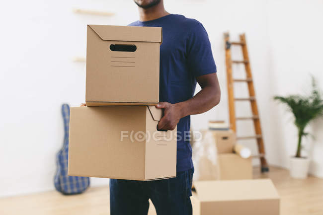 Homme se déplaçant dans la nouvelle maison — Photo de stock