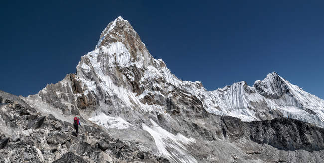 Nepal, Himalaya, Solo-Khumbu, Everest Region ama dablam, Bergsteiger auf dem Weg zum Gipfel — Stockfoto