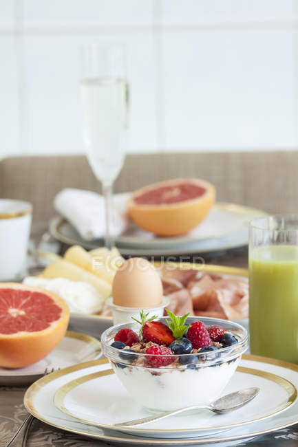 Сніданок, заклав таблиці, свіжі фрукти мюслі — стокове фото