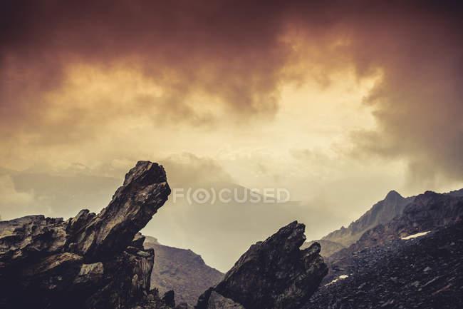 Италия, Ломбардия, Альпы, Скалы на закате, текстурированный эффект — стоковое фото