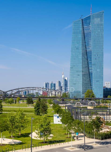 Alemanha, Frankfurt, Hafenpark e Banco Central Europeu em clima ensolarado — Fotografia de Stock