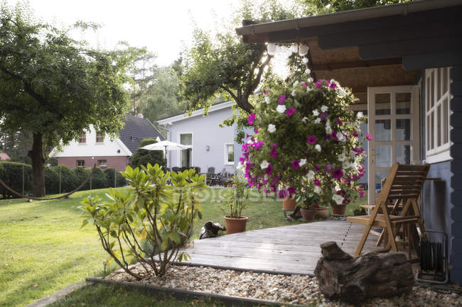 Germany, Eggersdorf, house with garden and flowers at terrace during daytime — Stock Photo