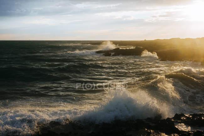 Malerische Aussicht auf Mittelmeer bei Sonnenuntergang, Apulien, Italien — Stockfoto