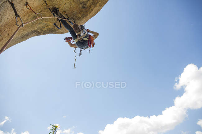 Scalatore scalare una roccia utilizzando tecniche di arrampicata di soccorso — Foto stock