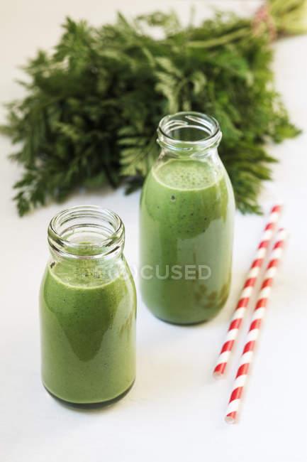 Gros plan des smoothies verts avec du persil sur fond blanc — Photo de stock