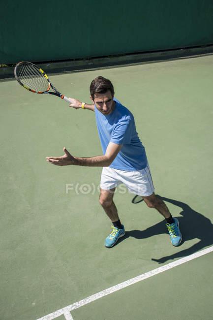 Тенісист готові попадання в кулю з його рекет під час тенісного матчу — стокове фото