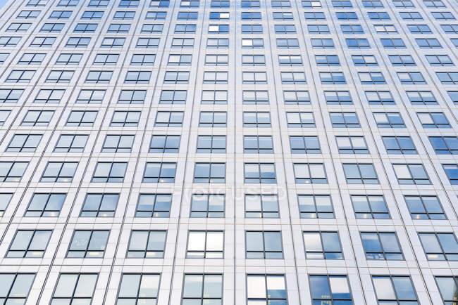 Vista inferiore del grattacielo di giorno, Londra, Regno Unito — Foto stock