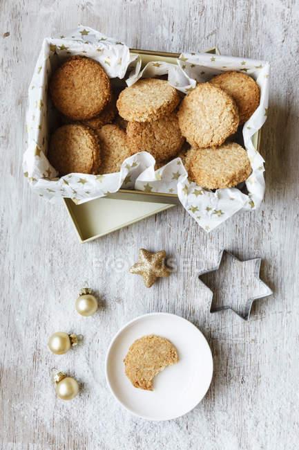 Caixa de biscoitos de grãos integrais, decorações de Natal e cortador de biscoitos em madeira — Fotografia de Stock